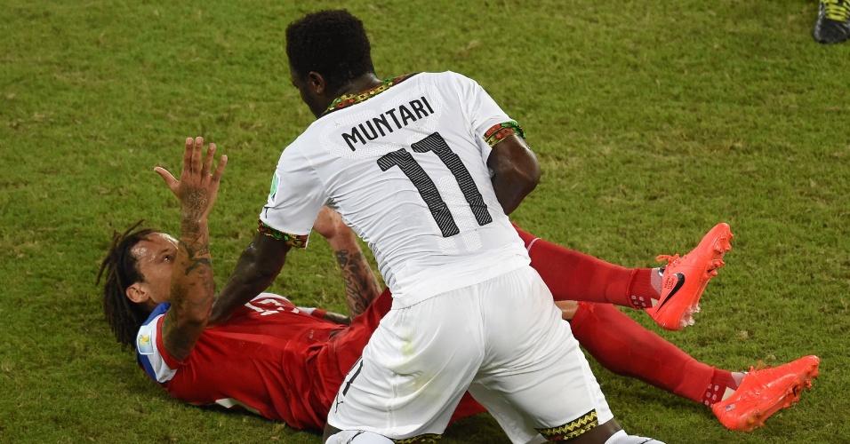 16.jun.2014 - Muntari segura Jermaine Jones depois de confusão na partida entre Gana e EUA, na Arena das Dunas