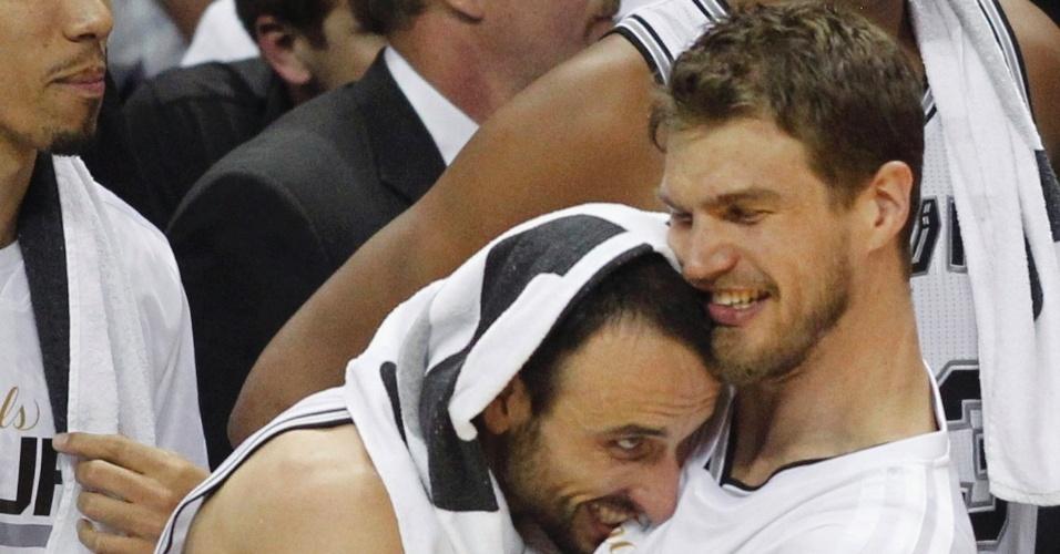 O argentino Manu Ginóbili e o brasileiro Tiago Splitter vibram com o título da NBA