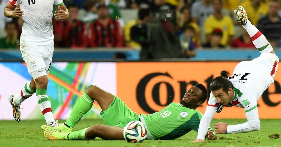 Obi Mikel e Teymourian caem no chão após dividida em bola aérea