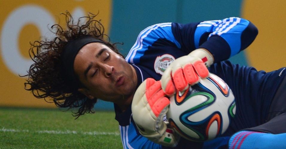 Ochoa, goleiro do Mexico, defende durante treino no Castelão