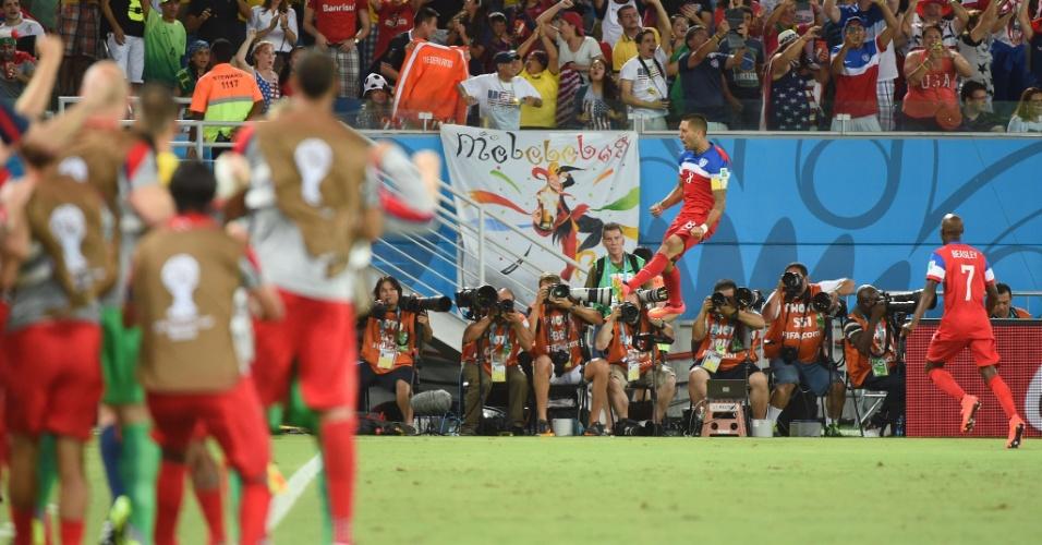16.jun.2014 - Reservas dos EUA observam de longe a alegria de Dempsey após colocar a seleção na frente do placar contra Gana