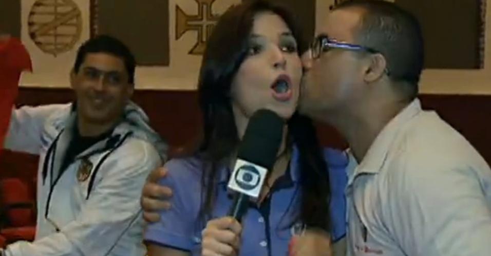 Sabina Simonato é beijada ao vivo na Globo, pela segunda vez