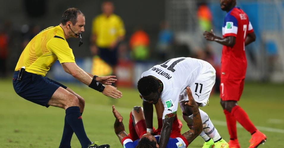 16.jun.2014 - Sulley Muntari vai para cima de Alejandro Bedoya após dividida no jogo entre Gana e EUA