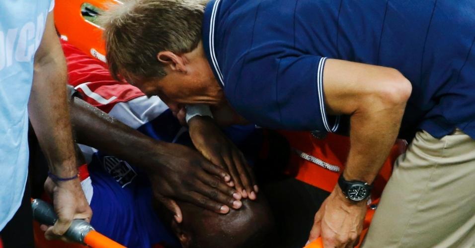 16.jun.2014 - Técnico Juergen Klinsmann consola Altidore, após o jogador ser substituído no jogo dos EUA contra Gana