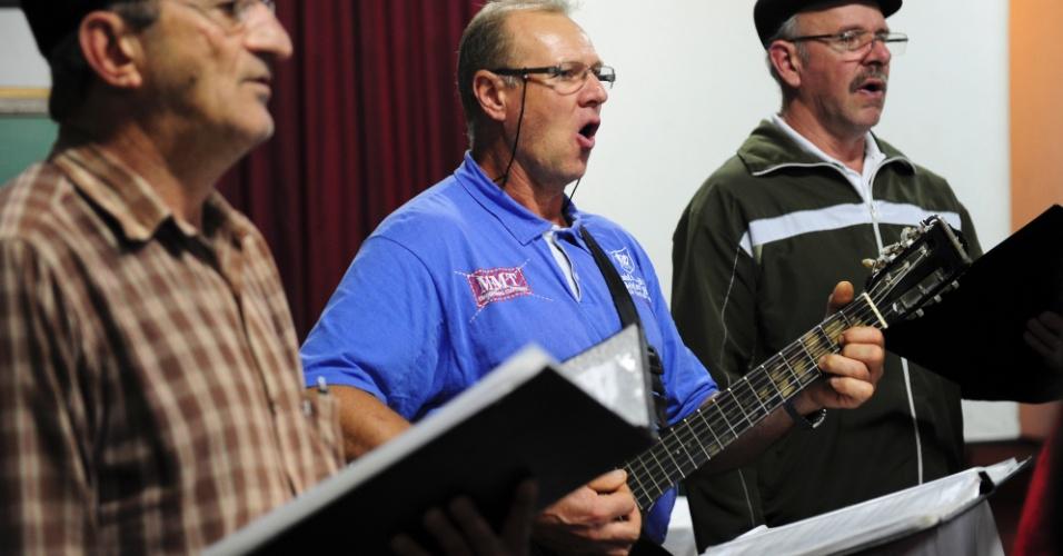 Mais de 40 grupos de coral se reúnem semanalmente na cidade para praticar canções, parte delas em alemão