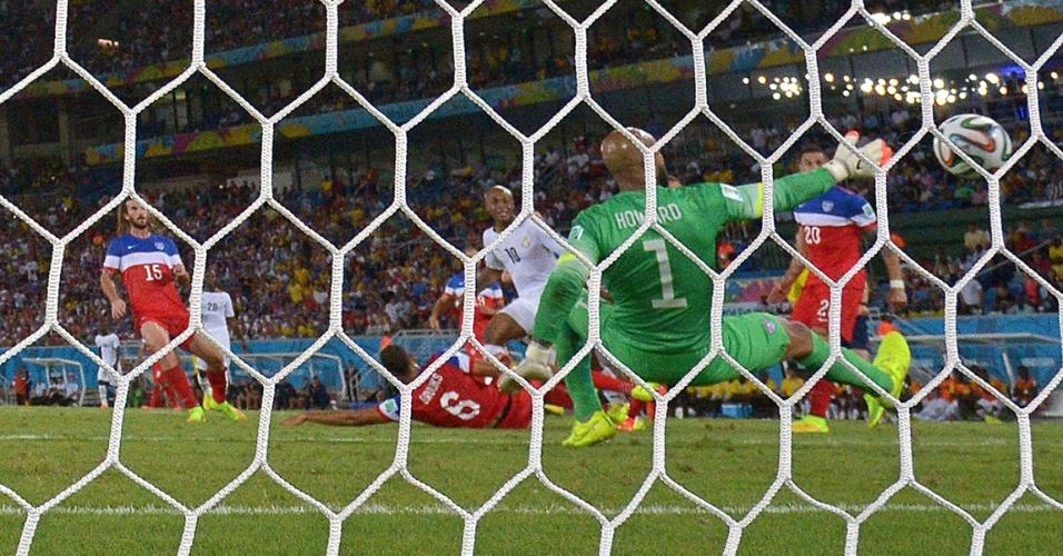 16.jun.2014 - Tim Howard não defende e Andre Ayew marca o gol de empate de Gana contra os EUA