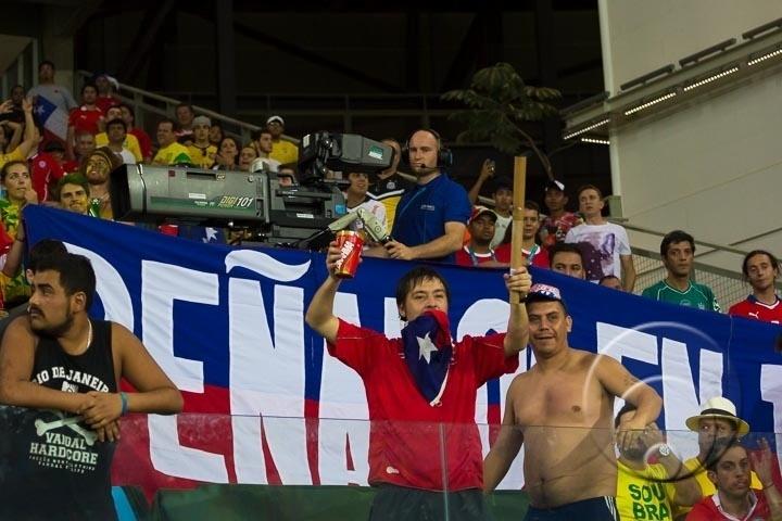 Torcedor chileno exibe rojão que conseguiu levar para dentro da Arena Pantanal, apesar da revista feita pela Fifa
