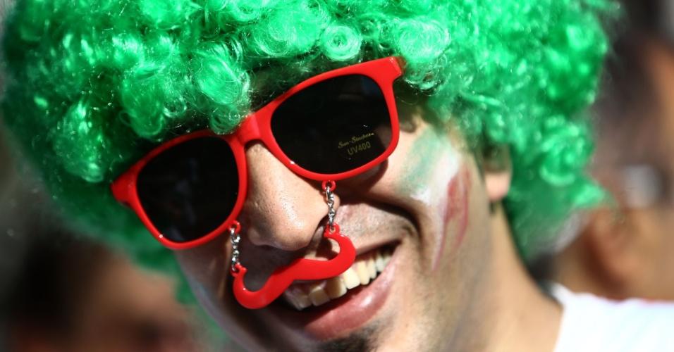 Torcedor coloca peruca verde e bigode vermelho para torcer pela Irã contra a Nigéria
