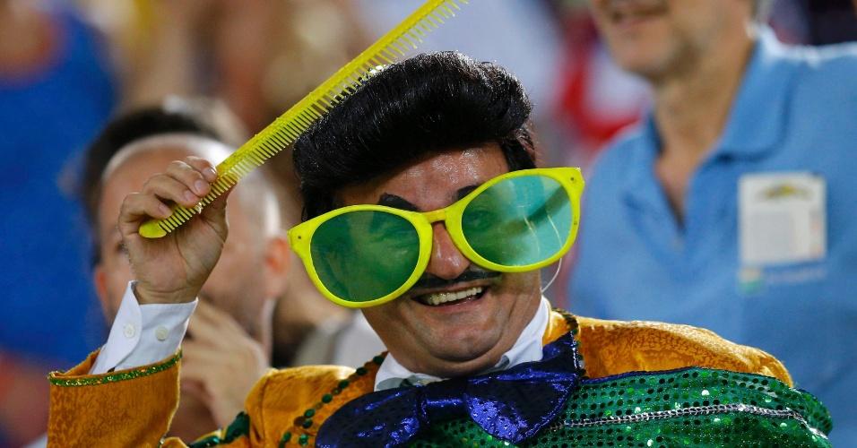 16.jun.2014 - Torcedor fantasiado de Zé Bonitinho vai à Arena das Dunas acompanhar a partida entre Gana e EUA