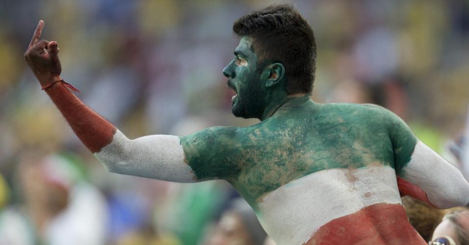 Torcedor iraniano faz gesto obsceno para rivais no empate de 0 a 0 entre Irã e Nigéria na Arena da Baixada