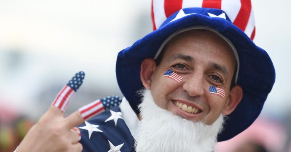 16.jun.2014 - Torcedor não esconde a paixão pelos EUA na área externa da Arena das Dunas, palco de estreia da seleção contra Gana