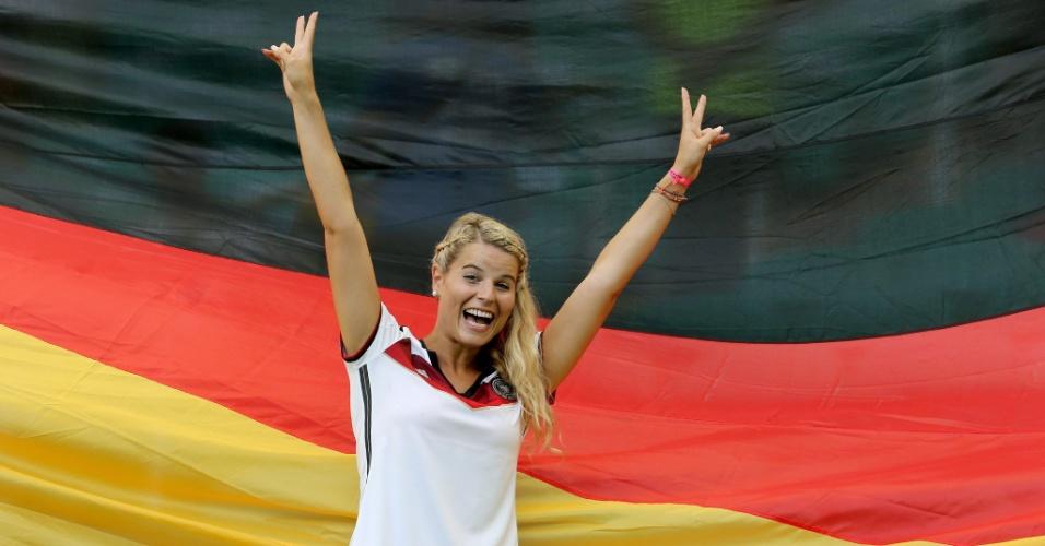 Torcedora alemã se empolga para apoiar o seu país contra Portugal, na Arena Fonte Nova, em jogo pelo Grupo G, da Copa do Mundo