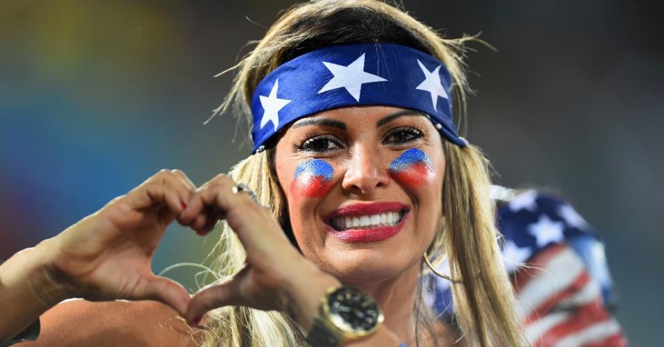 Torcedora americana faz coraçãozinho durante estreia dos EUA contra Gana na Copa do Mundo