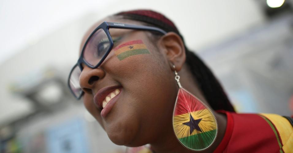 16.jun.2014 - Torcedora chega à Arena das Dunas com as cores de Gana, que enfrenta os EUA pela Copa do Mundo
