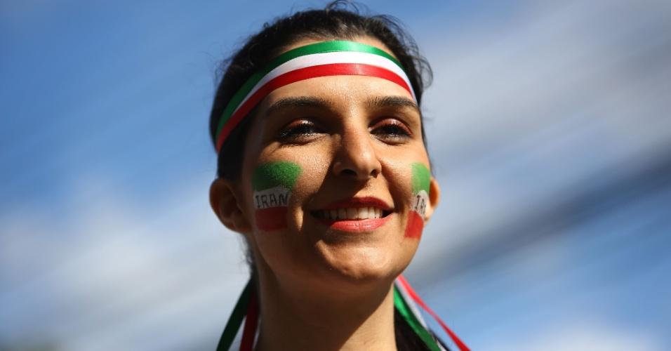 Torcedora do Irã vai à Arena da Baixada com a bandeira do país pintadas no rosto