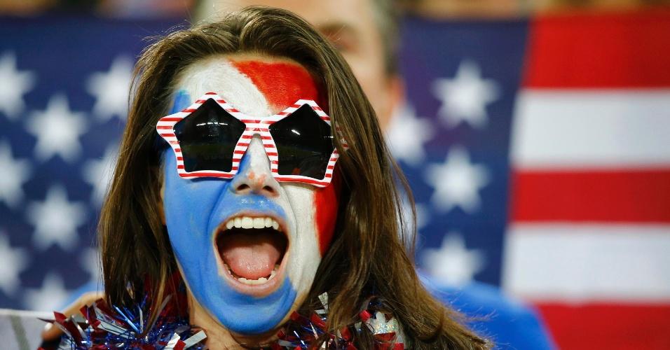16.jun.2014 - Torcedora dos EUA espera o início da partida contra Gana, na Arena das Dunas, em Natal