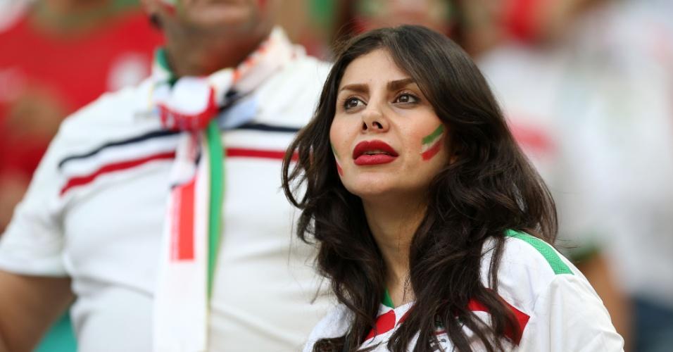 Torcedora iraniana pinta o rosto e vibra na Arena da Baixada