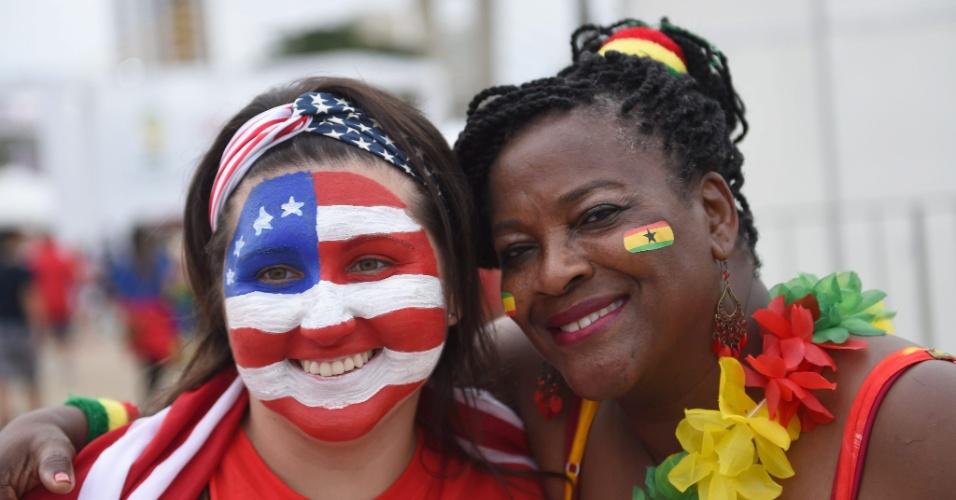 16.jun.2014 - Torcedoras de Gana e EUA aguardam fora da Arena das Dunas a partida entre as seleções pela Copa