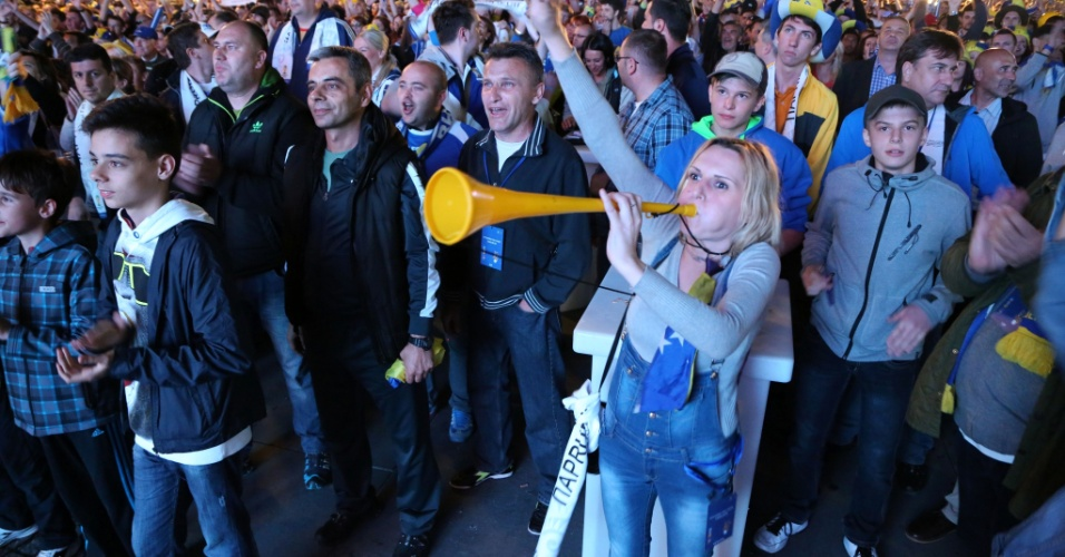 Torcedores da Bósnia fazem muita festa em Sarajevo, capital do país, durante jogo contra a Argentina