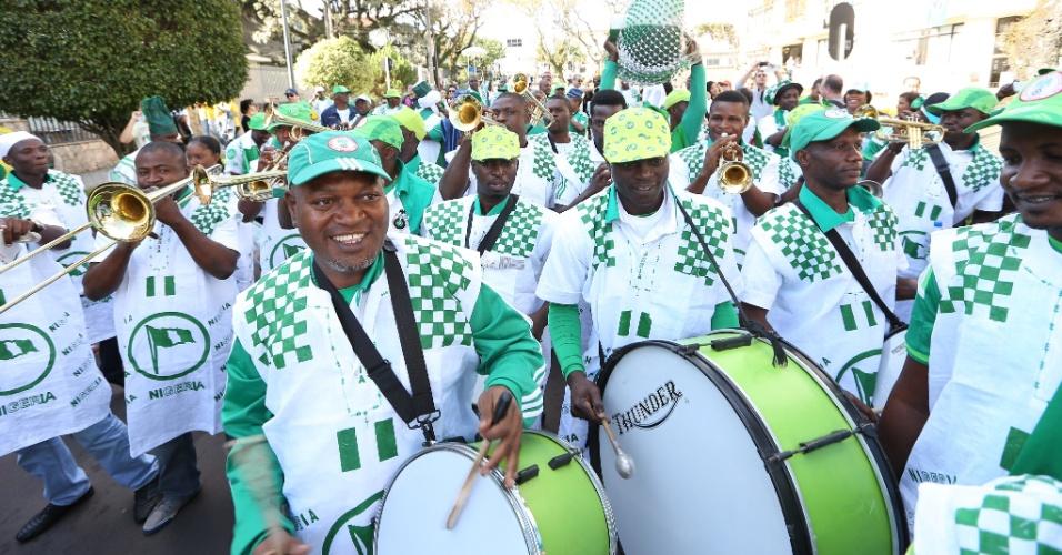 Torcedores da Nigéria chegam à Arena da Baixada munidos de muito batuque