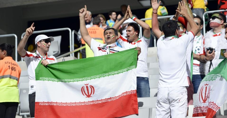 Torcedores do Irã dentro da Arena da Baixada fazem festa com a bandeira do país antes do jogo