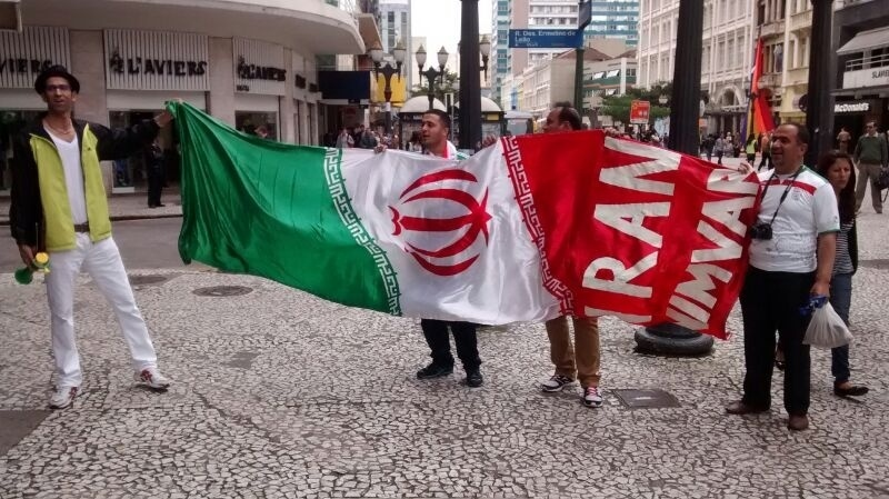 Torcedores do Irã ocupam o centro de Curitiba antes da estreia da equipe contra a Nigéria