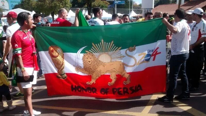 Torcida do Irã exibe bandeira de apoio ao país na Copa