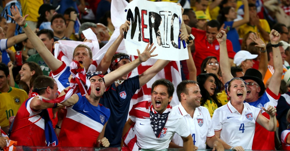 16.jun.2014 - Torcida dos EUA comemora depois da seleção marcar o segundo gol contra Gana, que deu a vitória na estreia da Copa