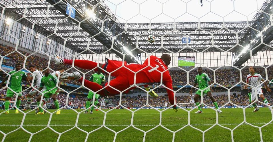 Vincent Enyeama, goleiro da Nigéria, defende a bola na partida contra o Irã na Arena da Baixada