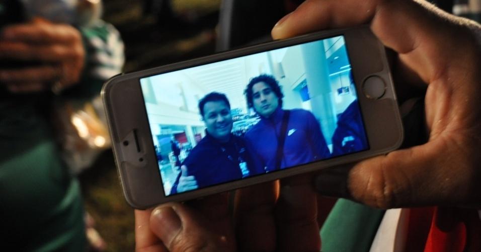 16 JUN 2014 - Mexicano mostra foto com goleiro Ochoa e procura parentesco
