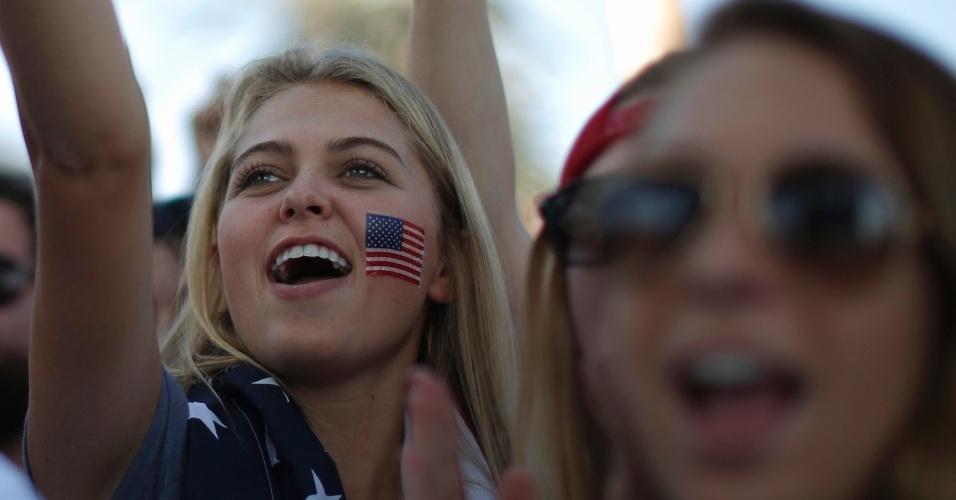 16.jun.2014 - Loira torce pelos Estados Unidos em uma festa em Hermosa Beach, na Califórnia