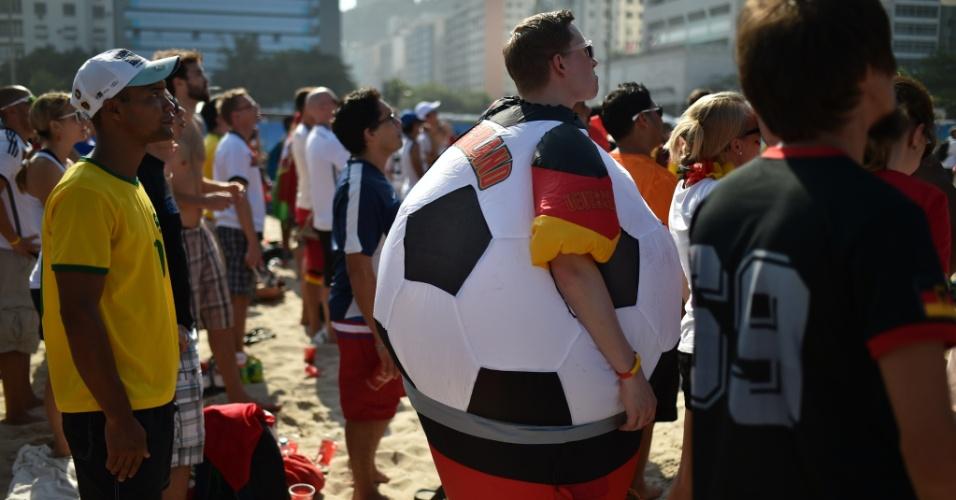 16.jun.2014 - Na praia de Copacabana, este torcedor alemão se fantasiou de bola para acompanhar ao jogo contra o Portugal. Nem deve ter passado calor...