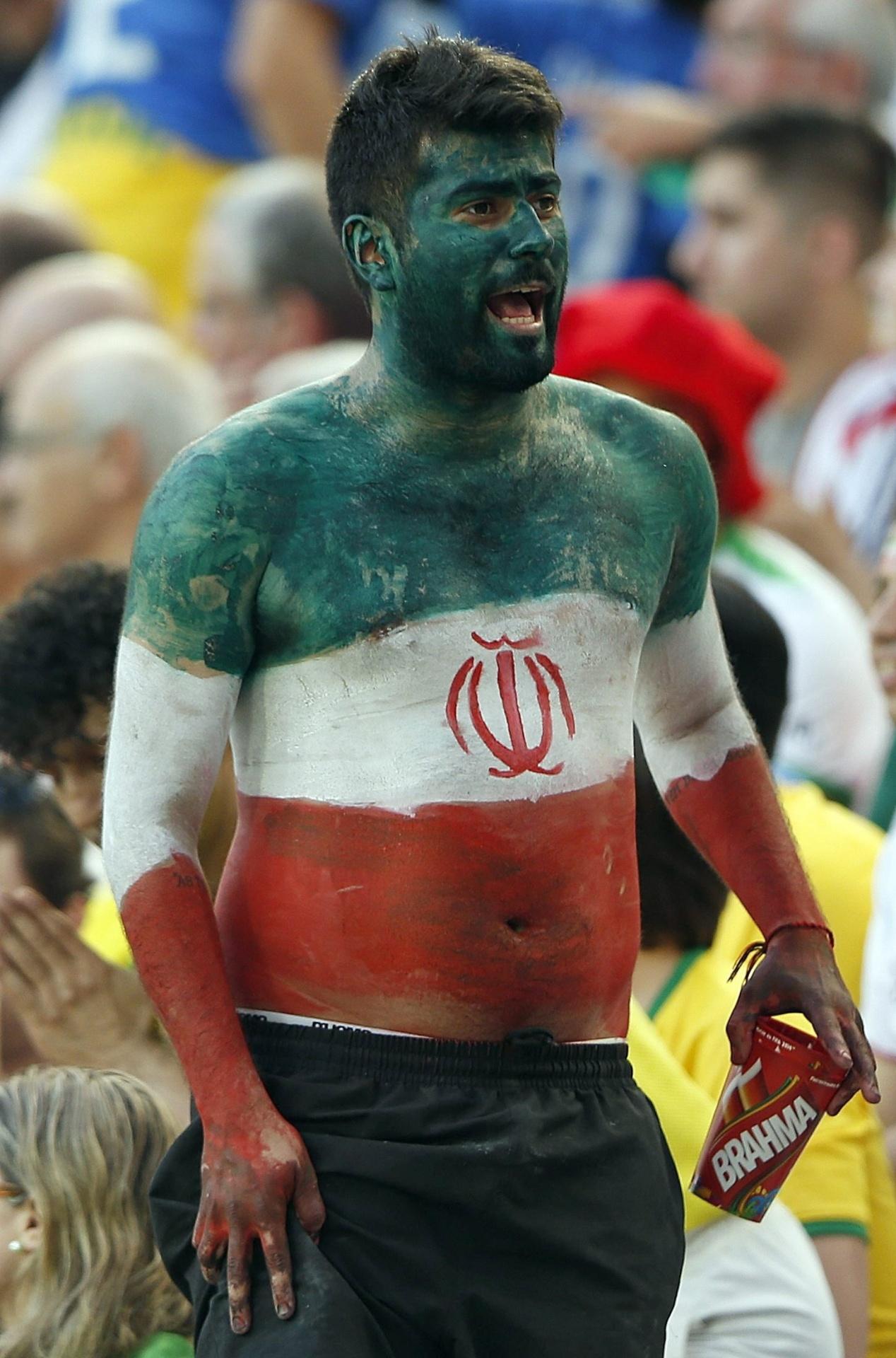 16.jun.2014 - Não deu para trazer uma bandeira de seu país? Sem problemas: este torcedor do Irã resolveu a questão e ele mesmo se tornou uma bandeira de seu país