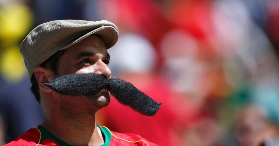16.jun.2014 - Torcedor português ostenta um bigode de dar inveja ao Felipão