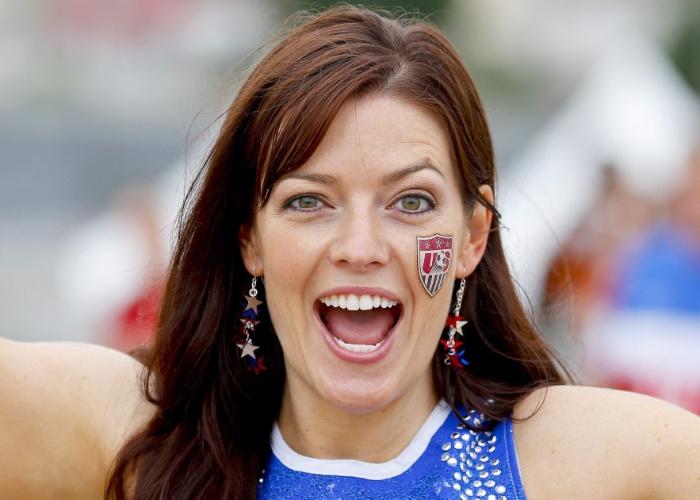 16.jun.2014 -  Torcedora se empolga no apoio pelos Estados Unidos na Arena das Dunas