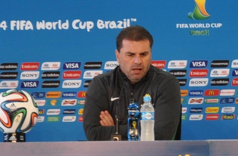 17 jun 2014 - Andy Postecoglu, técnico da Austrália, concede entrevista coletiva
