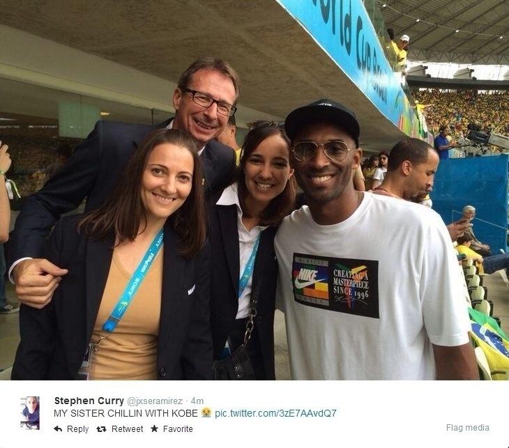 17.06.2014 - Astro do basquete norte-americano Kobe Bryant (direita) tira foto com fãs no estádio Castelão