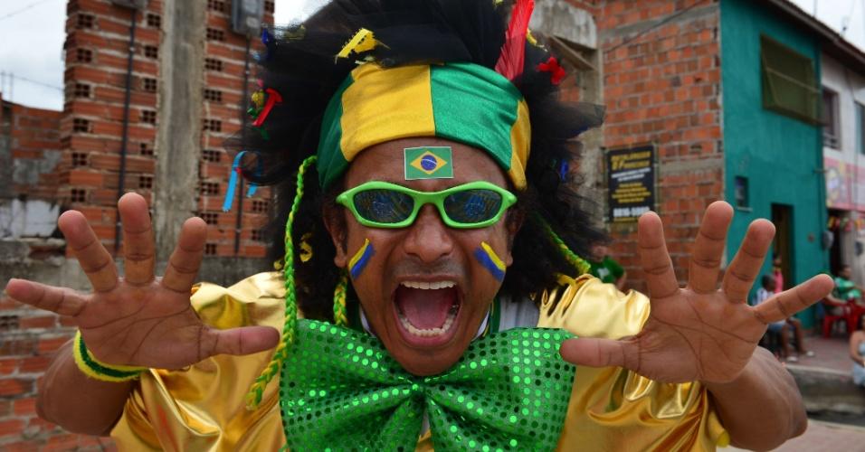 17.jun.2014 - A gravata lembra a do Zé Bonitinho, mas a peruca escolhida pelo torcedor do Brasil nos arredores do Castelão não ostenta o mesmo topete do perigote das mulheres