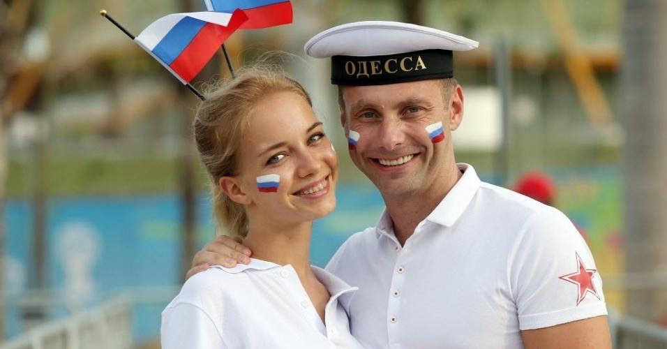 Casal de torcedores russos posa para foto antes do jogo entre Rússia e Coreia do Sul