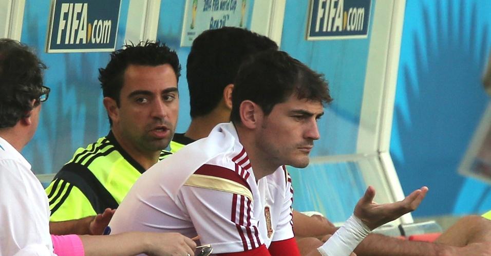 17.jun.2014 - Casillas e Xavi aparecem sentados no banco de reservas durante treino para reconhecimento do gramado do Maracanã