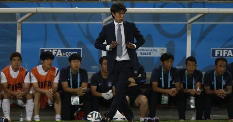 Hong Myung-Bo, técnico da Coreia do Sul, pede calma ao seu time durante jogo contra a Rússia