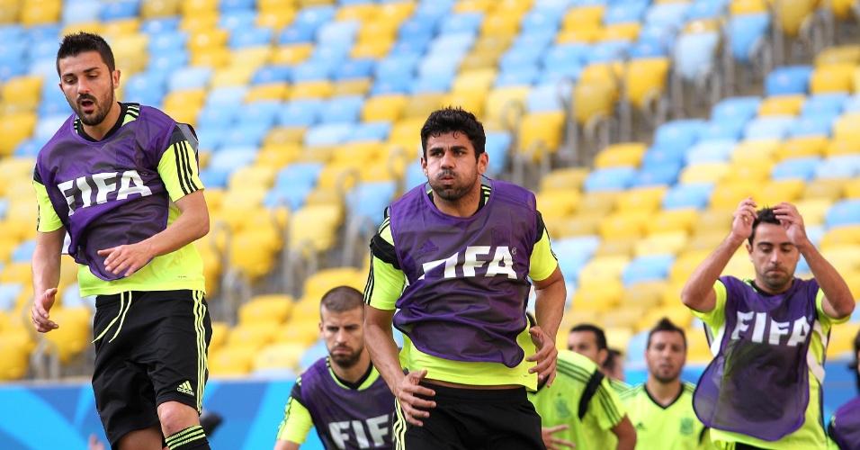 17.jun.2014 - Jogadores espanhóis realizam treino físico durante reconhecimento do gramado do Maracanã
