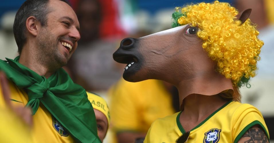 17.jun.2014 - Máscara de cavalo com direito a peruca é exibida na arquibancada do Castelão antes de Brasil x México
