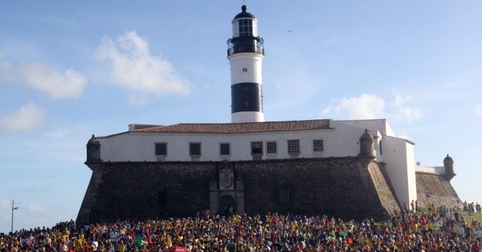 17.jun.2014 - Milhares de pessoas se reúnem na Fan Fest de Salvador para acompanhar o jogo do Brasil