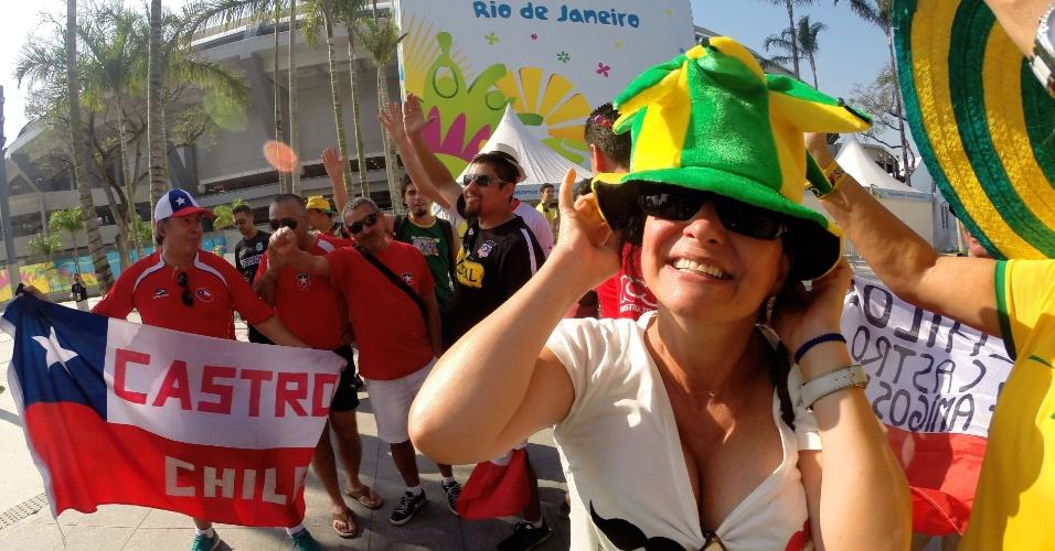17.jun.2014 - O Chile só joga com a Espanha na quarta-feira, mas a torcida sul-americana começou a concentração no Maracanã já nesta terça