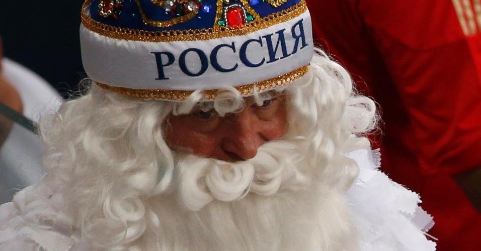 17.jun.2014 - Papai Noel em Cuiabá? Torcedor da Rússia ostenta uma longa barba branca no jogo contra a Coreia do Sul