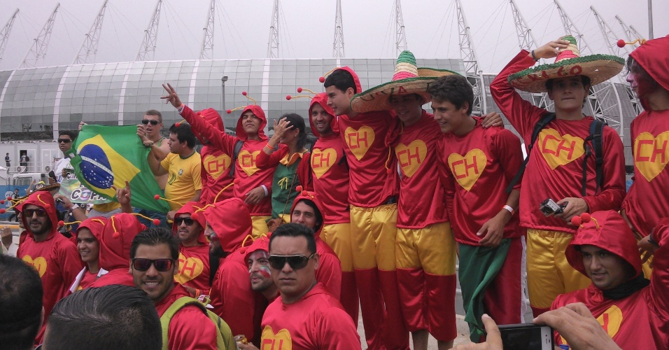 17.jun.2014 - Pensa que parou? O exército de Chapolins invadiu Fortaleza para Brasil x México