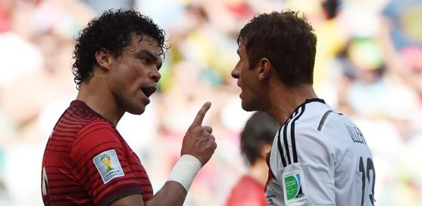O luso-brasileiro Pepe (esq.) discute com o alemão Thomas Müller antes de ser expulso em estreia da Copa