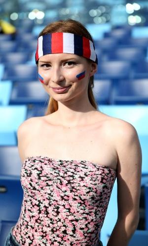 17.jun.2014 - Pintada com as cores da Rússia, bela torcedora é clicada em Cuiabá