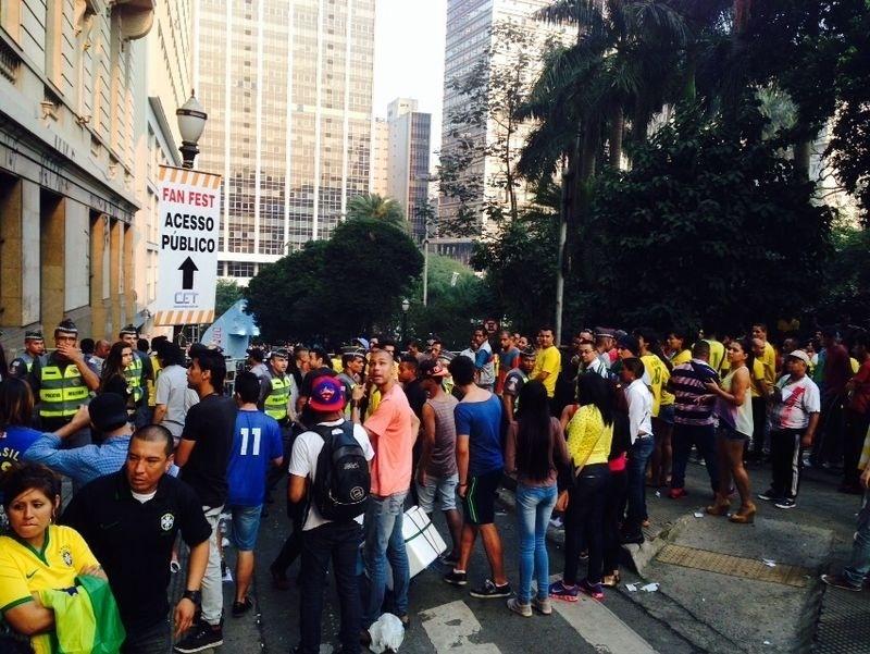17.jun.2014 - Polícia Militar e Tropa de Choque fecham a entrada da Fan Fest de São Paulo, no Vale do Anhangabaú